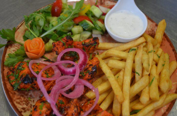 Kanalihašašlõkk hooajalise värske salatiga